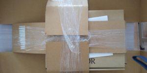 厳重に固定された箱の写真