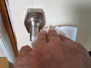 ドアノブを拭く写真