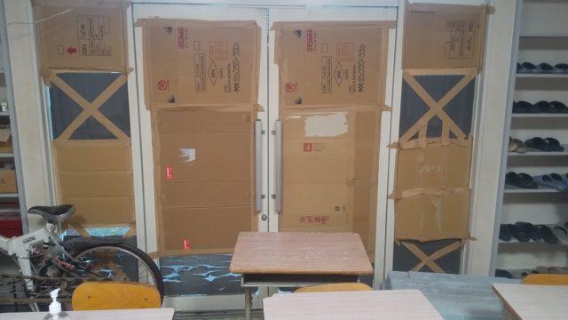 塾のドアに段ボールを貼った写真